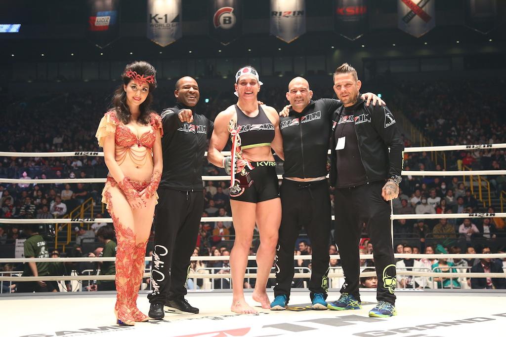 Gabi Garcia celebra no ringue na Saitama. Foto: Direitos reservados a RIZIN FF/Sachiko Hotaka