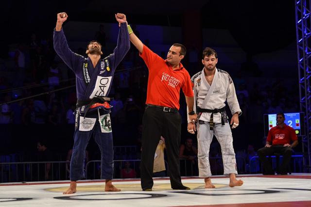 Leandro Lo celebrates his title. Photo: Carlos Arthur/Copa Podio