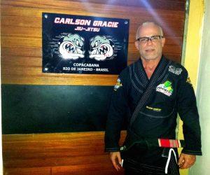 Marcelo Saporito na porta da nova academia em Copacabana