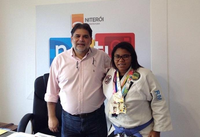 A jovem Lorena, repleta de confiança com suas medalhas, ao lado do presidente da Neltur. Foto: Divulgação