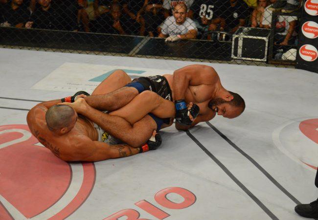 Ex-UFC Ronny Markes é finalizado por Cassio Jacaré no Shooto 61