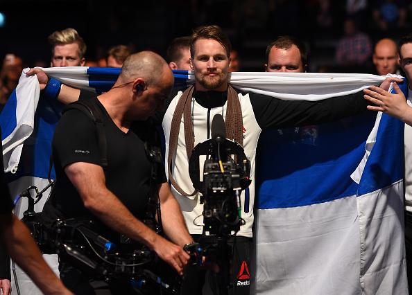 Vídeo: O mata-leão relâmpago do faixa-marrom Teemu Packalen no UFC