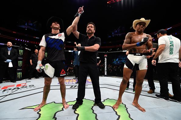 Cowboy Cerrone tem o braço levantado no duelo contra Alex Cowboy no UFC Pittsburg. Foto: Jeff Bottari/Zuffa LLC via Getty Images
