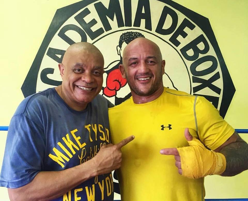 Charlão mantendo a forma com o professor de boxe Claudinho Coelho, na escola Nobre Arte. Foto: Acervo Pessoal.