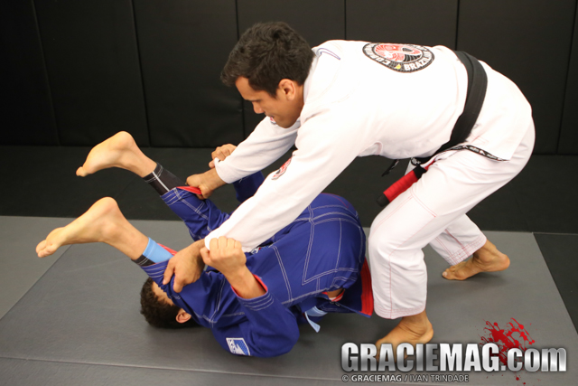 Learn from Cobrinha how to stack pass the spider guard