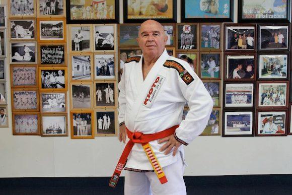 Grande mestre Francisco Mansor com sua imponente faixa-vermelha de Jiu-Jitsu. Foto: Arquivo Pessoal