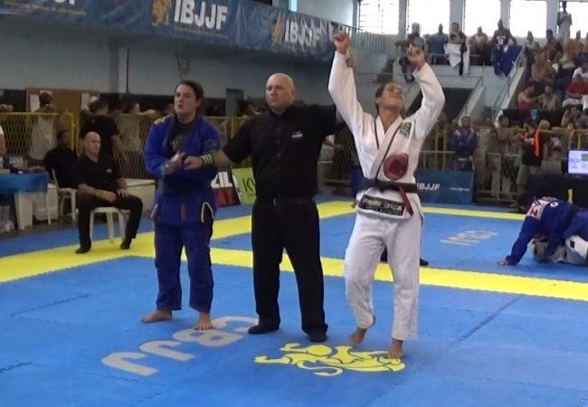 Vídeo: Carina Santi e seu estrangulamento da guarda no Rio Open da IBJJF