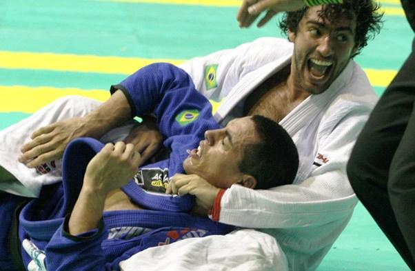 Vídeo: O veloz estrangulamento de Felipe Simão no Sul-Brasileiro de Jiu-Jitsu