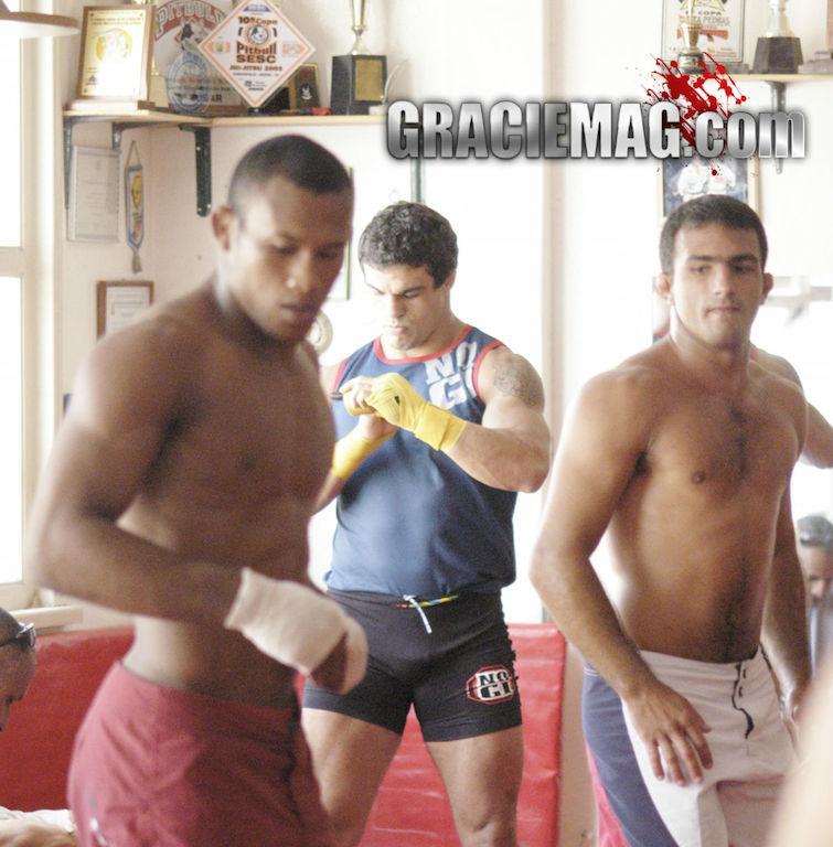 Ronaldo Jacaré e Vitor Belfort (ao fundo) aquecem antes de treino de sparring. Foto: Luca Atalla/GRACIEMAG (2005)