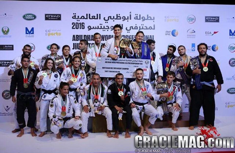 Preguiça, Tayane e os demais campeões do Abu Dhabi World Pro. Foto: Ivan Trindade