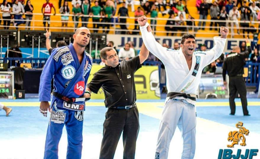 Alex após a vitória surpreendente sobre o favorito Erberth Santos, na disputa do supero pesado. Foto Marcos Aurélio Ferreira