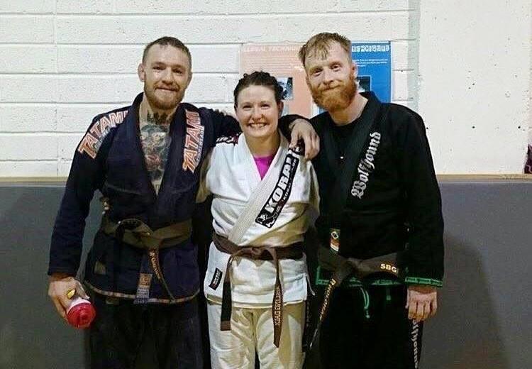 """Conor McGregor após o treino com sua faixa-marrou """"quase"""" amarrada na cintura. Foto: Reprodução"""