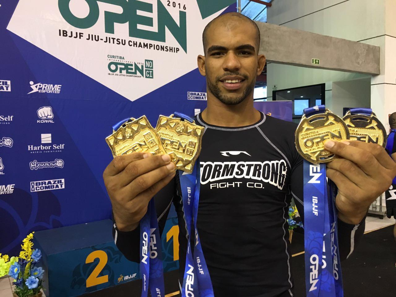 Erberth Santos posou orgulhoso com os quatro ouros conquistados em Curitiba. Foto: Divulgação