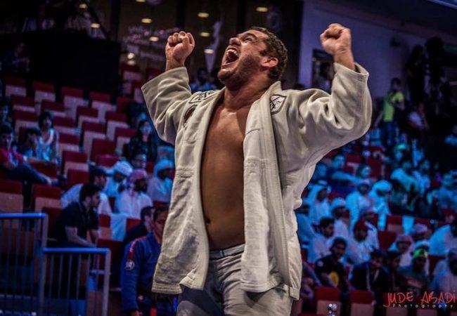 Marcos Santa Cruz comemora feito em Abu Dhabi e pede luta com Pé de Pano