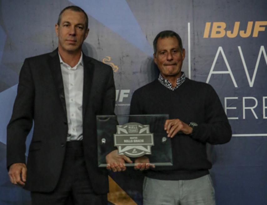 Carlos Gracie Jr. e Romero Jacaré com a placa de Rolls Gracie. Carlson Gracie também foi homenageado. Foto: Ivan Trindade