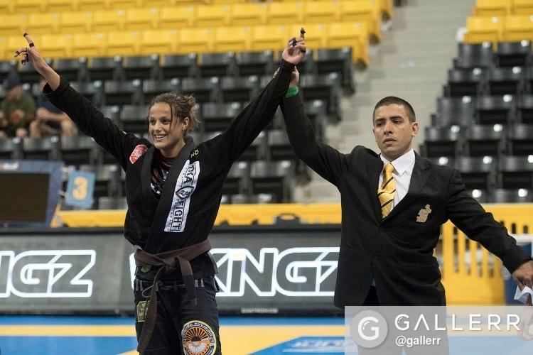 Nathiely Karoline, da Cícero Costha, faturou o sonhado ouro duplo na marrom. Foto: Gallerr.com