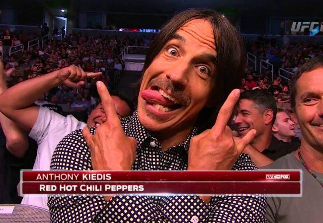 Vocalista do Red Hot Chili Peppers derruba e passa a guarda em programa de TV