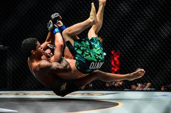Faixa-preta Adriano Moraes luta por cinturão interino dos moscas no One FC