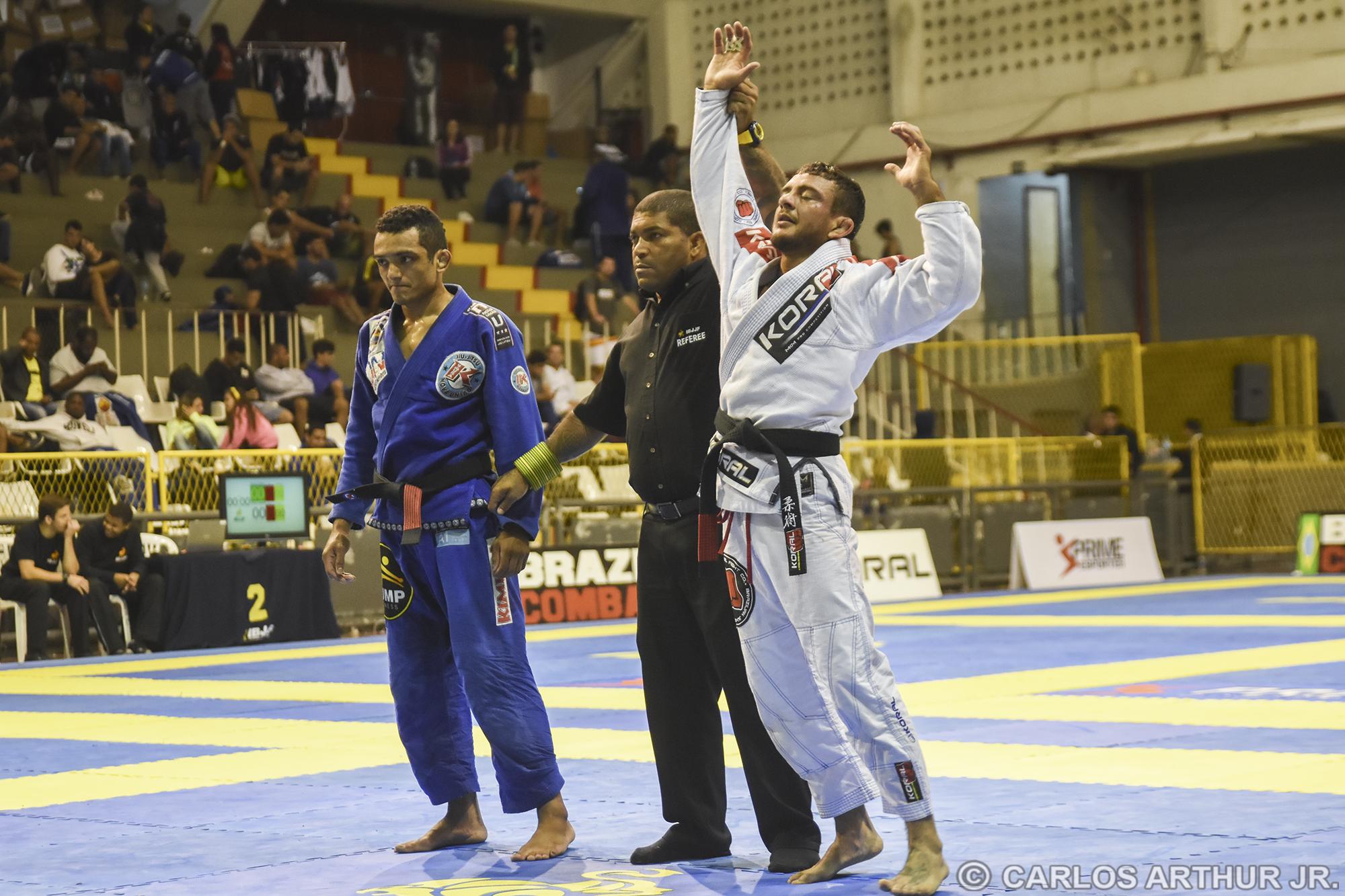 Após finalizar rápido suas primeiras batalhas, Carlos Holanda não teve tempo fácil contra John Lenno na final, mas conseguiu garantir o título com a vitória nos pontos.