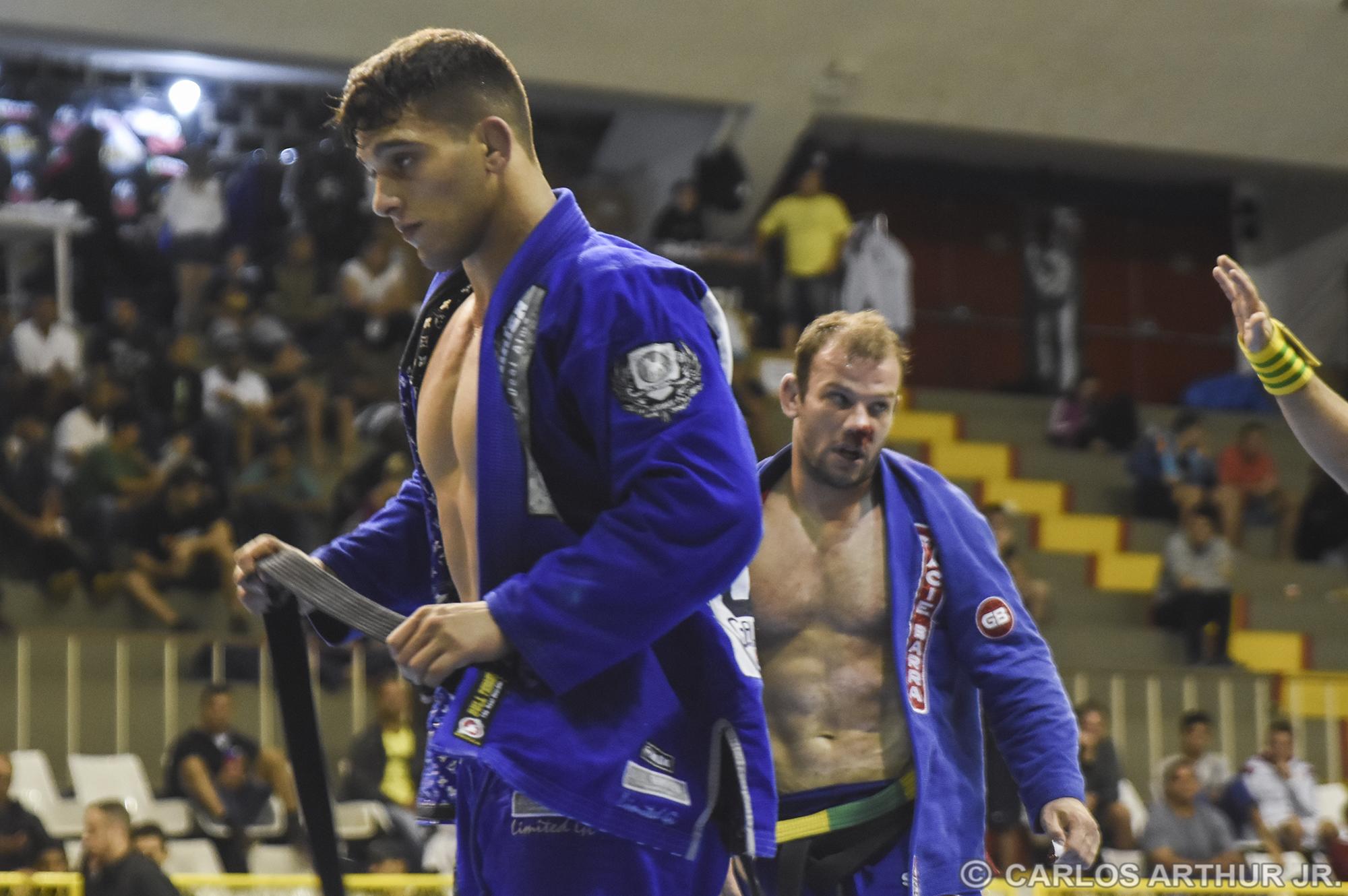 Após um duelo movimentado, e um choque de cabeças entre os competidores, Patrick Gáudio conseguiu a vitória nos pontos sobre o veterano Rodrigo Pimpolho pelo título dos meio-pesados.