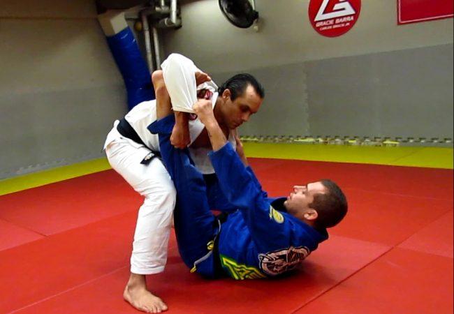 Jiu-Jitsu: Raspe com o pé no bíceps e passe a guarda na aula de Sérgio Benini