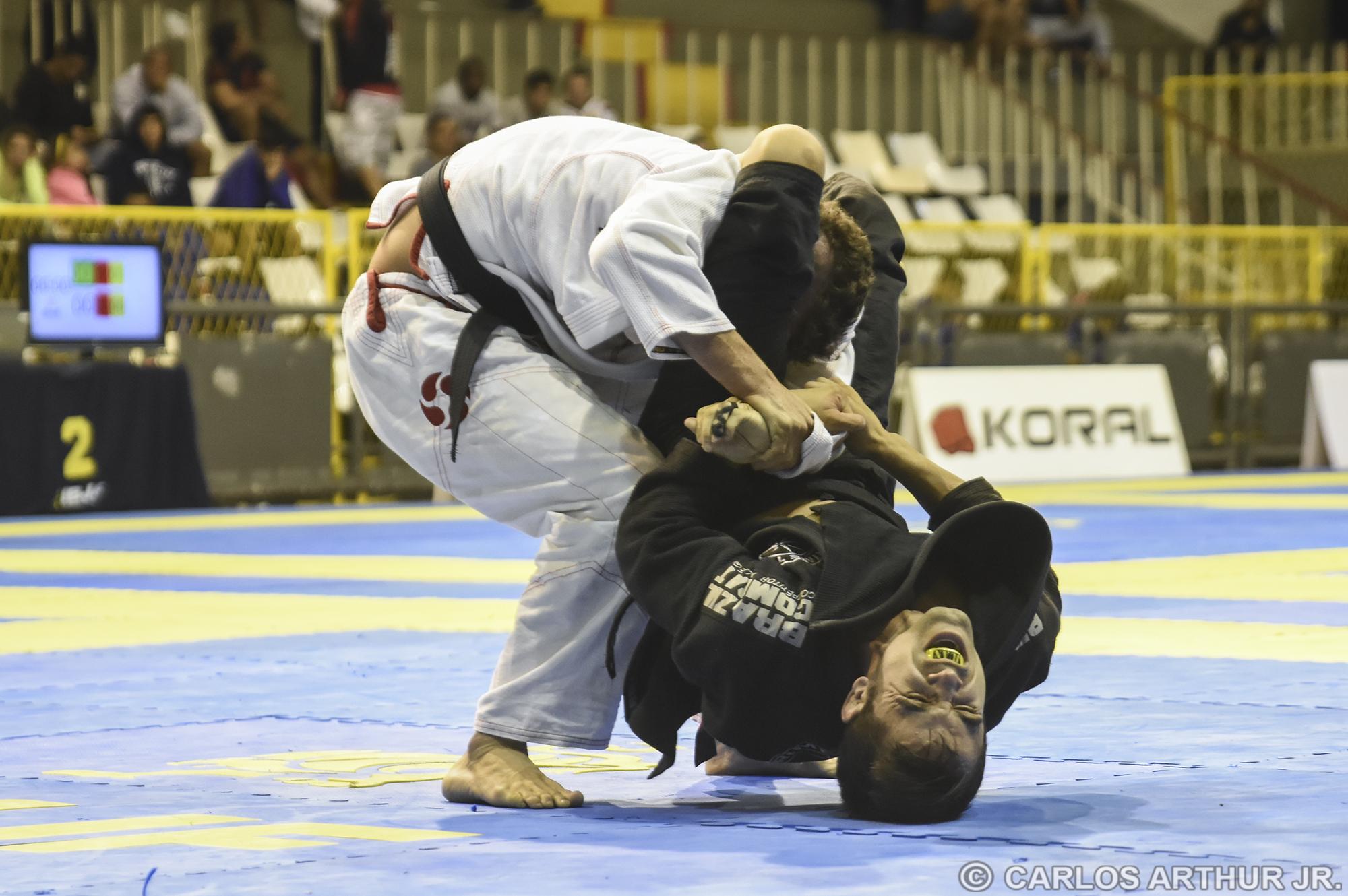 Juan Lopes não desistiu do triângulo e conseguiu finalizar Raul Marcello com um armlock dali pelo ouro no peso-galo.