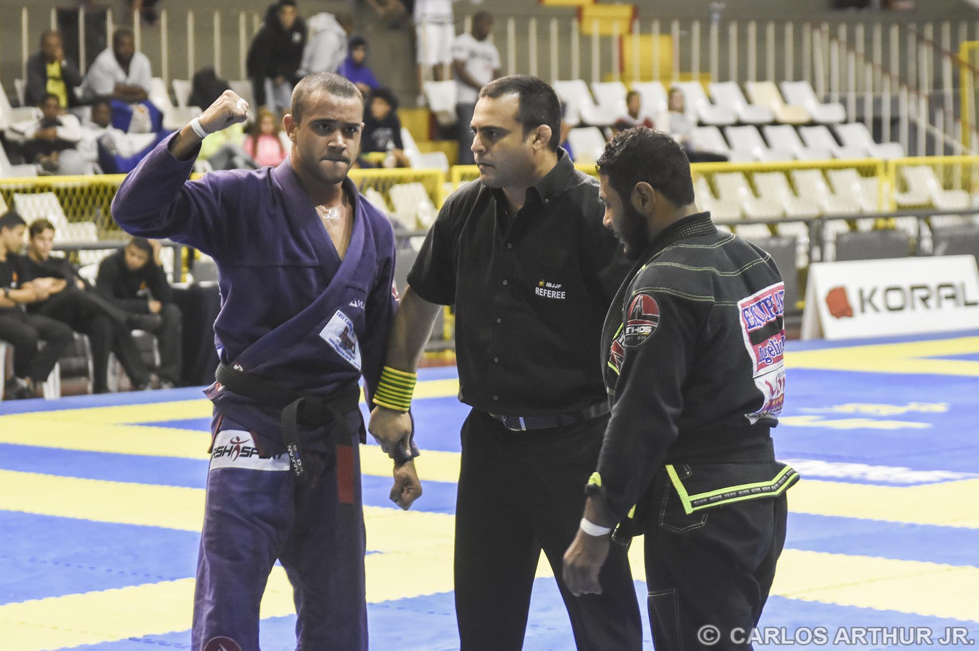 Certo da vitória, Júlio dos Anjos comemorou antes de anunciada a decisão dos árbitros ao seu favor, em vitória sobre o duro Claudevan Martins.