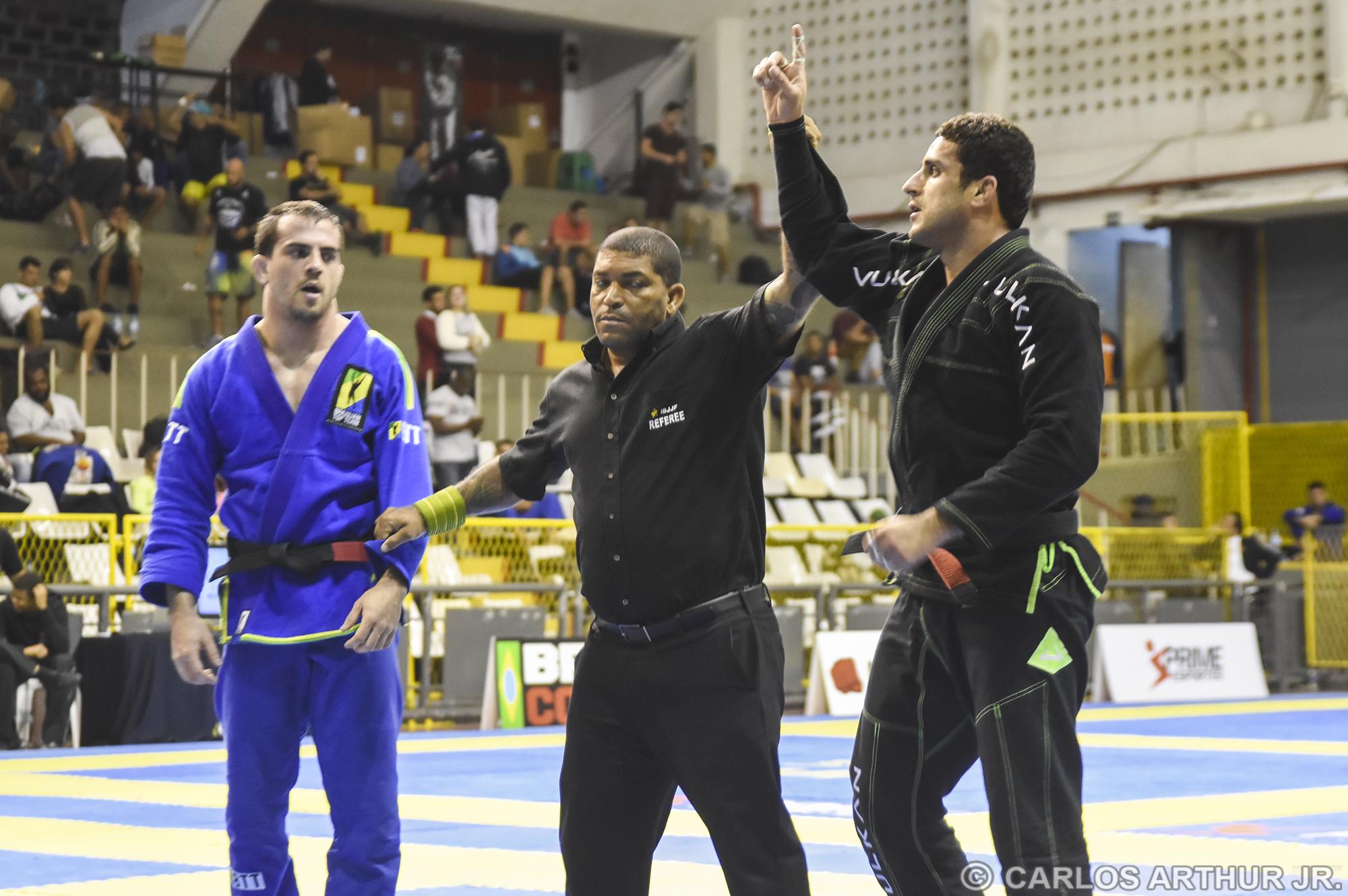 Vinicius Marinho finalizou Gabriel Procópio na kimura e mordeu o ouro no peso médio.