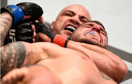 Vídeo: Thales Leites usa o Jiu-Jitsu e estrangula Chris Camozzi no UFC