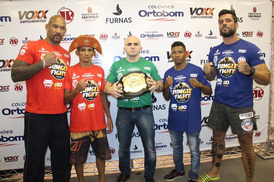 Atletas dos cinturões peso pesado e peso-palha ao lado de Wallid Ismail. Foto: Leonardo Fabri