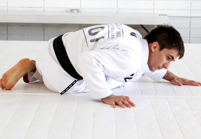 BJJ drills: long-step guard pass with Guilherme Mendes
