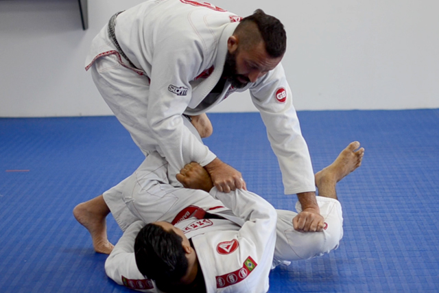 Learn an efficient way to pass the De la Riva guard