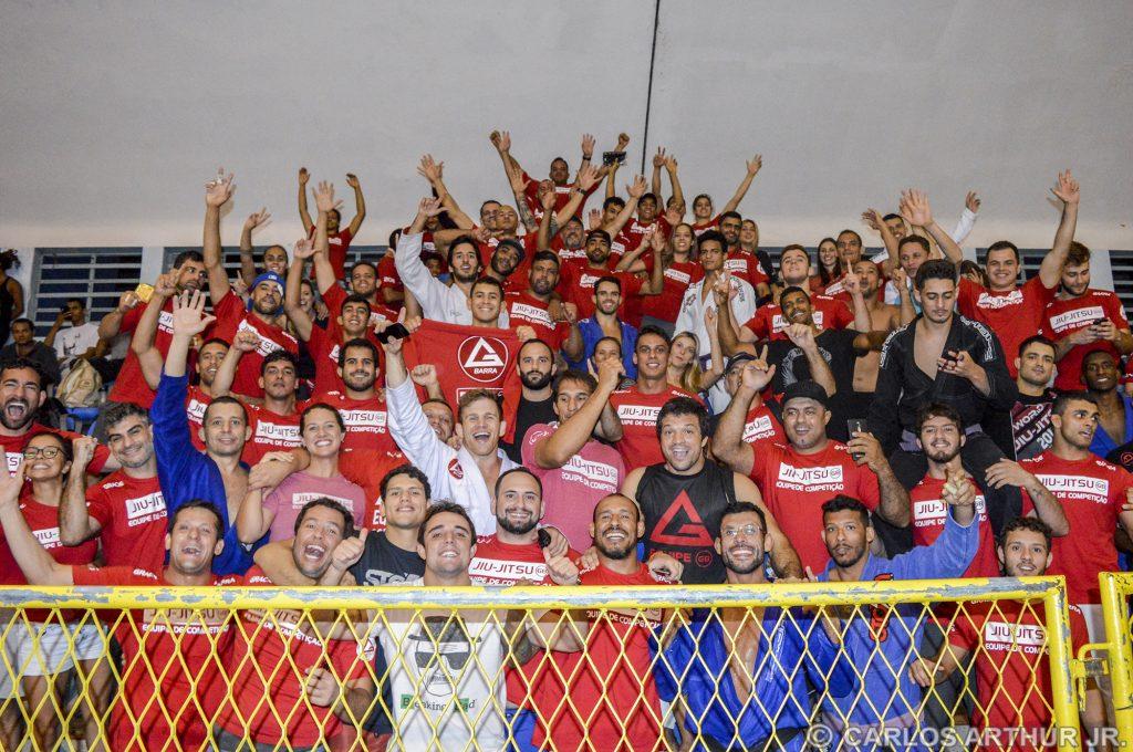 Turma da Gracie Barra comemora a conquista do our no peso leve. Foto: Carlos Arthur Jr.