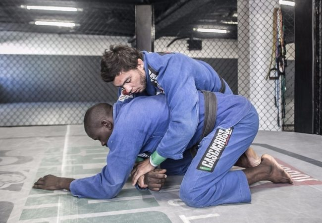 Miltinho Vieira teaches an inverted triangle starting from an attack from the back
