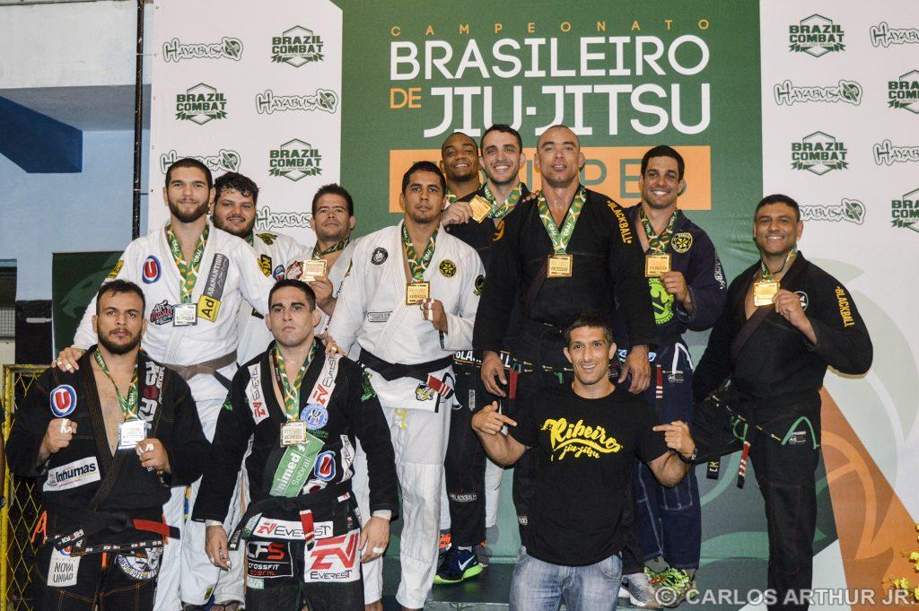 Equipe RIbeiro Jiu-Jitsu em primeiro e Nova União em segundo no peso pesado faixa-marrom/preta. Foto: Carlos Arthur Jr.