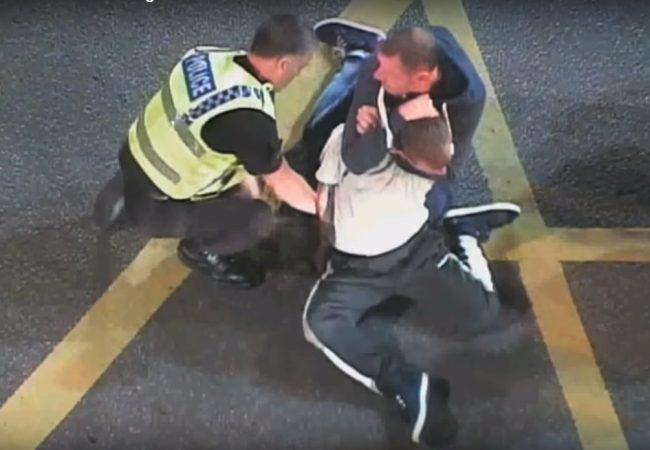 Vídeo: Pedestre usa o Jiu-Jitsu e ajuda policial a imobilizar suspeito