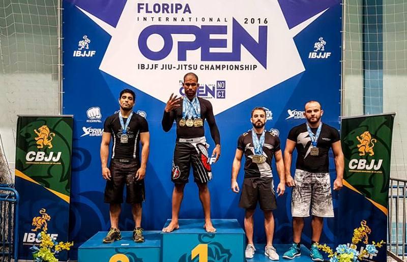 Erberth no pódio do absoluto faixa-preta sem kimono, com seus quatro ouros no peito. Foto: Marcos Aurélio/IBJJF
