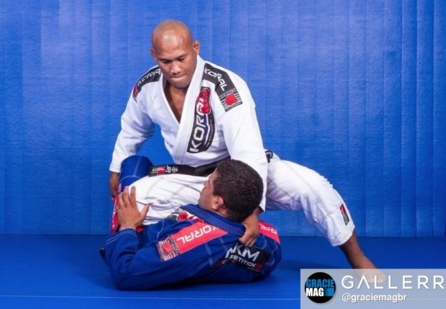 Learn from Ronaldo Jacaré a lapel choke with knee on belly