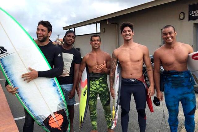 O ídolo Marcus Buchecha com feras do surfe. Foto por Greg Menager.