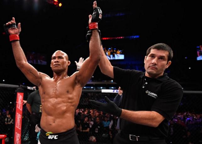 Faixa-preta de Jiu-Jitsu e árbitro da CABMMA, Osíris Maia levanta a mão de Jacaré no UFC. Foto: Josh Hedges/Zuffa LLC via Getty Images