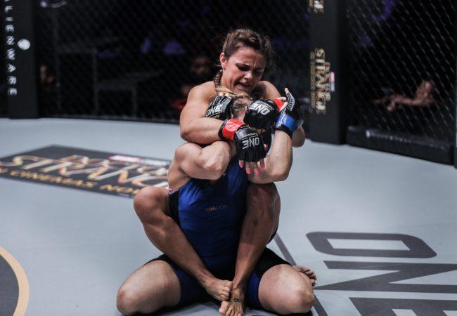 """Jiu-Jitsu: Michelle Nicolini aplica mata-leão """"sonífero"""" e vence no One Championship"""