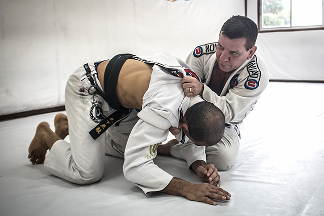 Dedé Pederneiras teaches a lapel choke when the opponent is on all fours position
