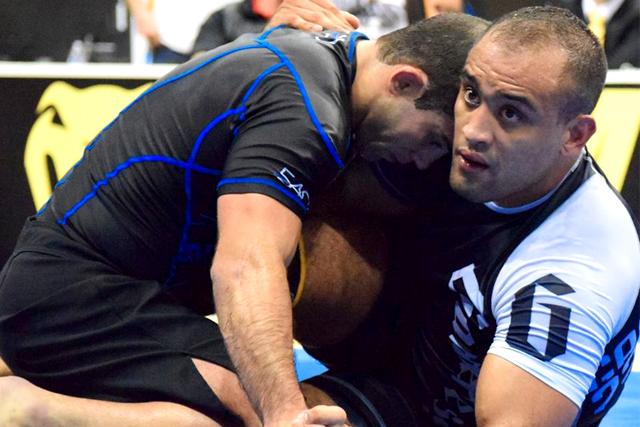 Yuri Simões venceu Augusto Tanquinho para garantir a chance do ouro no absoluto. Foto: Léo Bandeira
