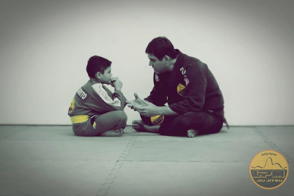Cleiber Maia dá conselhos a um jovem lutador. Foto: Divulgação