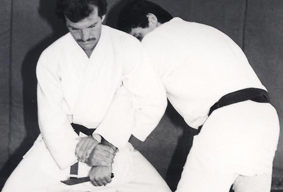 Rolls Gracie em demonstração de Jiu-Jitsu e defesa pessoal com seu aluno Maurição Gomes, hoje faixa-coral e paizão da fera Roger Gracie. Foto: Portal Rollsgracie.com