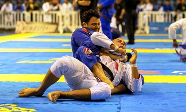 Vídeo: O estrangulamento arco e flecha de Cássio Francis no BH Open de Jiu-Jitsu