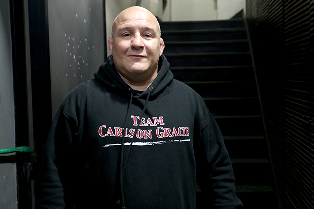 Break your opponent's grip and choke from the closed guard with Carlson Gracie Jr.