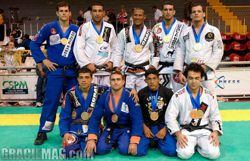 A célebre safra de campeões do Mundial de Jiu-Jitsu 2004, no Tijuca: faixas-pretas para ninguém botar defeito. Foto: Gustavo Aragão/GRACIEMAG