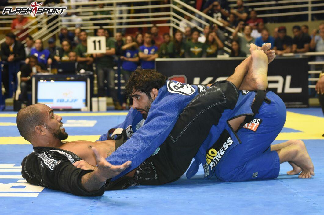 Leandro Lo vs Erberth Santos: Foto: Flashsport.
