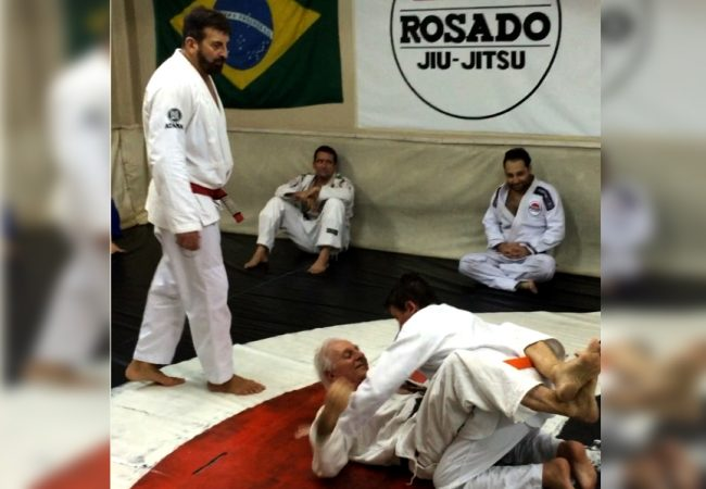Desistir jamais! O treino de Jiu-Jitsu de Elmar França, faixa-marrom de 80 anos